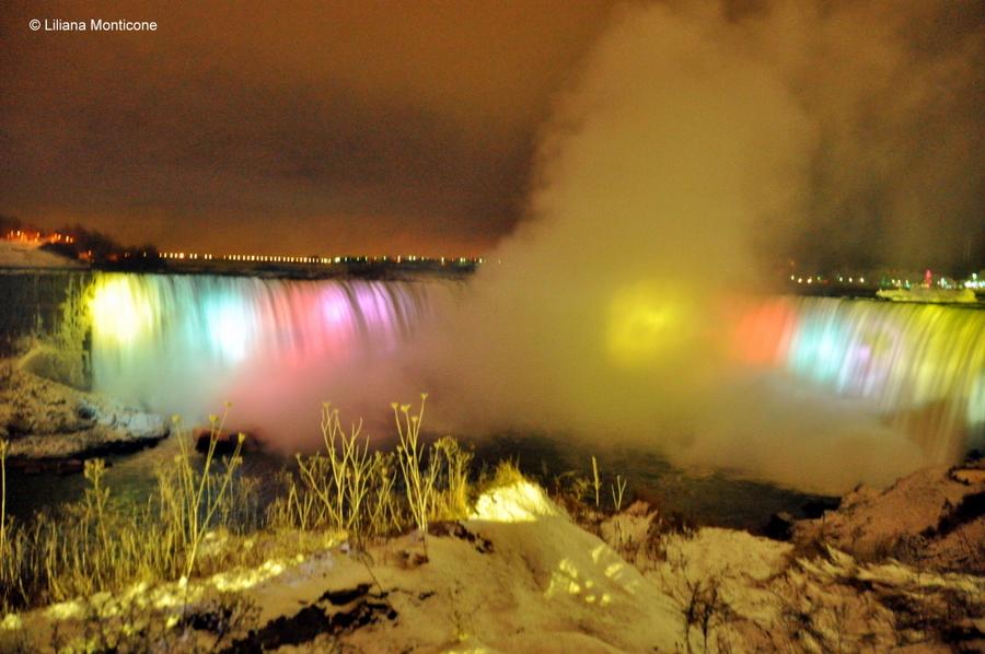 Canada on the road in inverno cascate del niagara notte illuminate