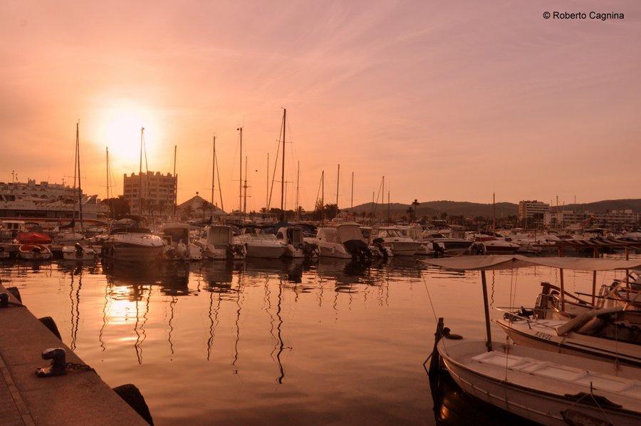 Consigli utili per organizzare un viaggio a Ibiza tramonto sul porto