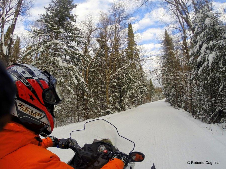 Canada on the road in inverno neve motoslitta