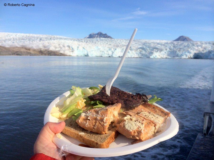 Escursioni alle Isole Svalbard Pyramiden barbecue davanti al ghiacciaio