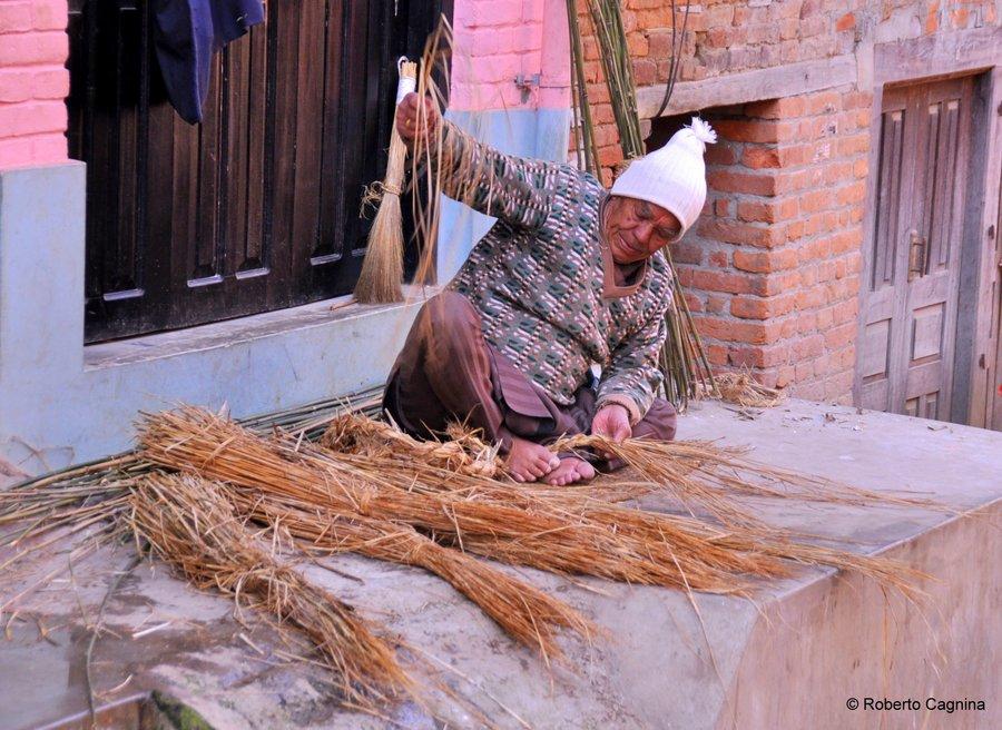 on the road in Nepal vita scene di vita quotidiana