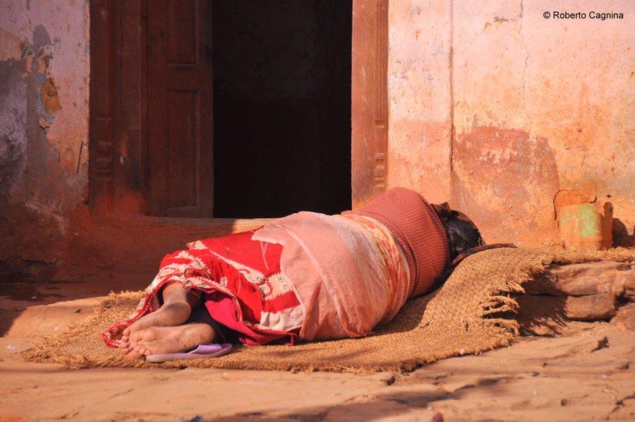 on the road in Nepal scene di vita quotidiana
