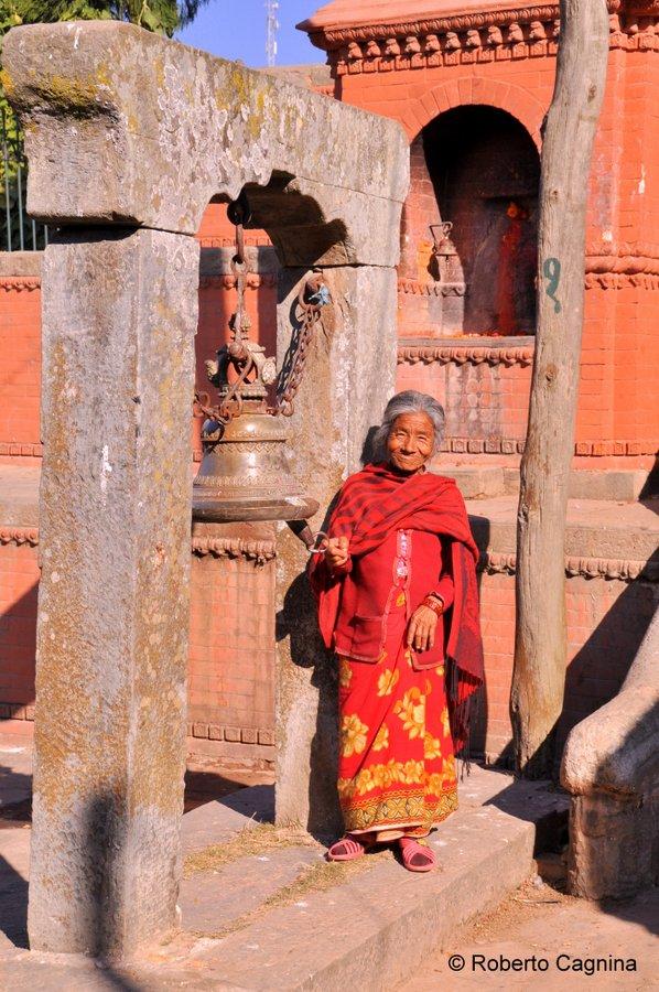 on the road in Nepal volti e persone