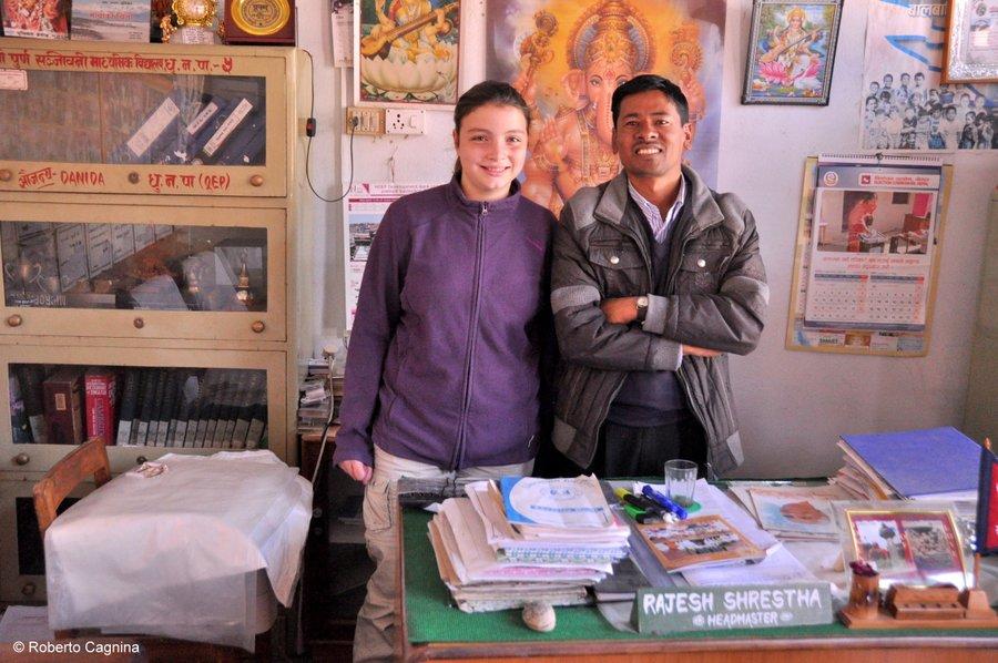 on the road in Nepal visita ad una scuola accolti dal preside