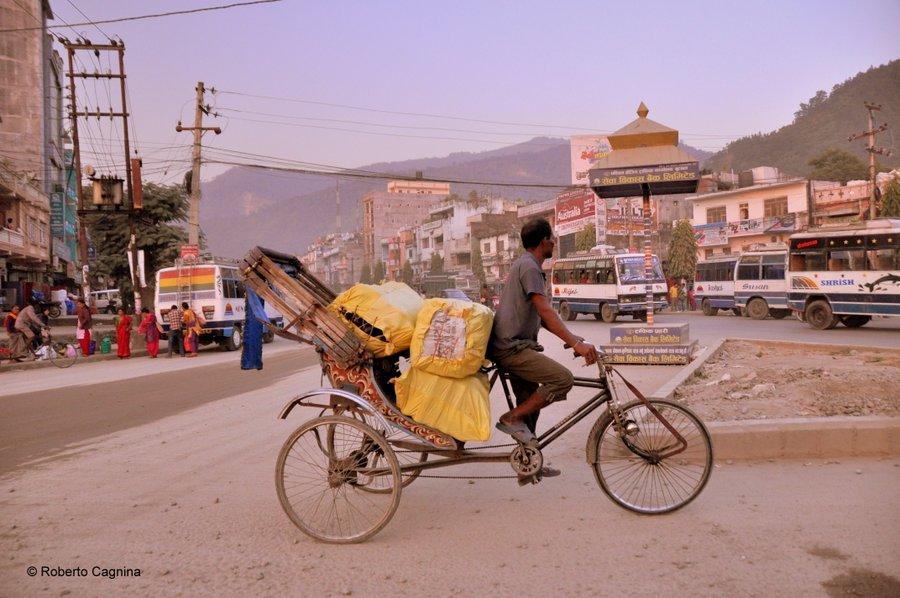 on the road in Nepal villaggi e città